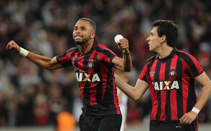 hernani gol atlético-pr x chapecoense arena da baixada (Foto: Giuliano Gomes/PR Press)