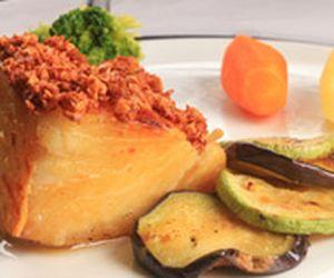 Posta de bacalhau ao alho e azeite com legumes torneados