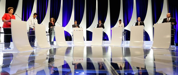 Candidatos no estúdio do SBT durante o segundo debate entre presidenciáveis da campanha eleitoral (Foto: Alice Vergueiro/Futura Press/Estadão Conteúdo)