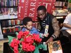 Lázaro Ramos lança livro de poesias com presença do filho