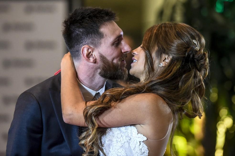 Messi e Antonella Roccuzzo dão um beijo depois de se casarem em Rosario (Foto: EITAN ABRAMOVICH / AFP)