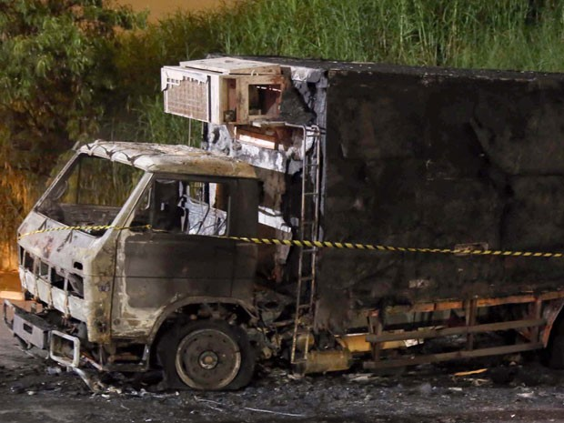 Caminhão queimado durante fuga de criminosos de empresa que transporta valores, na Zona Leste de SP. (Foto: Edison Temoteo/Futura Press/Estadão Conteúdo)