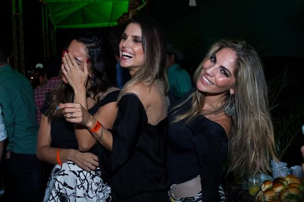 Lia Khey ri enquanto Flávia Viana e Anamara fazem pose (Foto  Raphael  Mesquita  007c5437e13