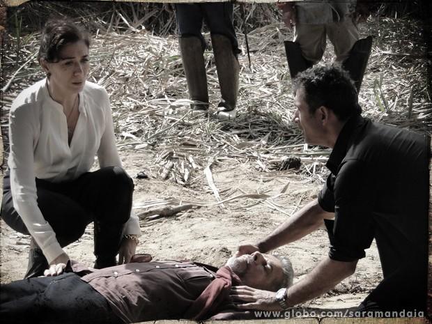 Vitória e Carlito ficam desesperados com a possível morte de Zico Rosado (Foto: Saramandaia/ TV Globo)