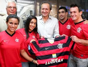 Equipe de ginástica do Flamengo com o prefeito de Niterói (Foto: Ag. Estado)