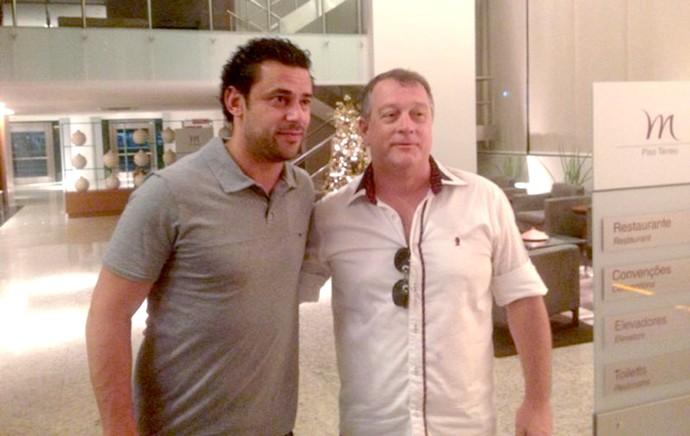 Fred com torcedores saguão hotel Fluminense (Foto: Marcelo Baltar)