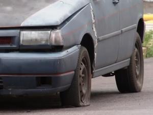 Veículos sem condições de circular e que estão em locais públicos, são considerados em estado de abandono (Foto: Reprodução/Tv Tem)