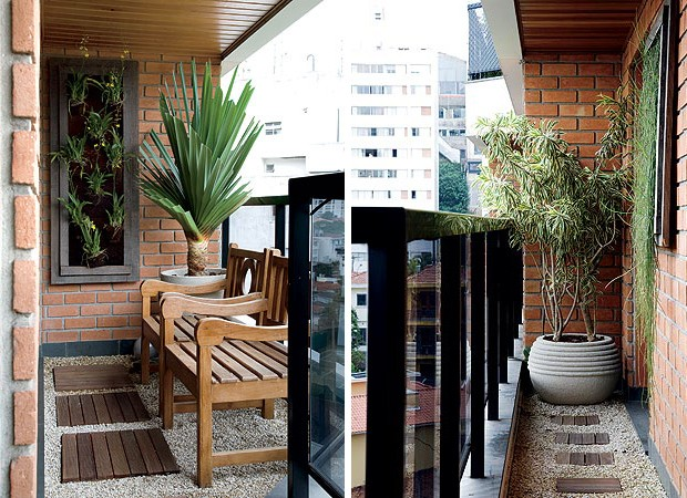 À esquerda: Mesmo pequena, a varanda tem espaço para as poltronas de madeira de demolição e o vaso de granilite com pândano, da Paula Magaldi Paisagismo. O painel com orquídeas chuva-de-ouro aumenta a presença de plantas na área de 7,70 m² (Foto: Casa e Jardim)