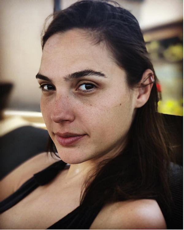 A atriz Gal Gadot após uma noite sem sono por causa dos filhos (Foto: Instagram)