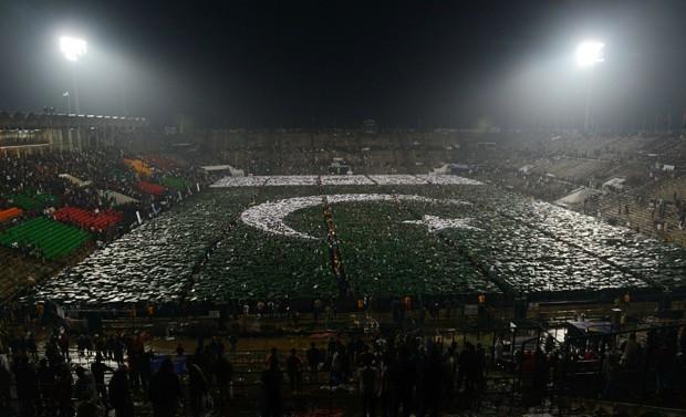 Guinness oficializou recorde de maior bandeira do mundo formada por pessoas (Foto: Arif Ali/AFP)