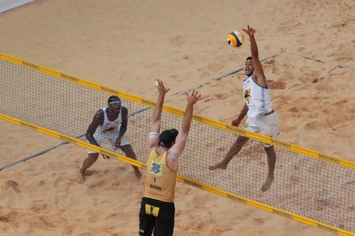 Averaldo e Léo Vieira bateram os campeõs olímpicos Alison e Bruno nas quartas no DF (Foto: Matheus Vidal / CBV)