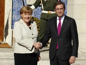 Angela Merkel e Pedro Passos Coelho, durante encontro em Portugal (Foto: Francisco Seco/AP)
