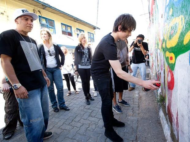 Jake Bugg conheceu jovens da comunidade de Heliópolis, em São Paulo, grafitou um painel e deu uma canja (Foto: Érico Hiller/ActionAid)