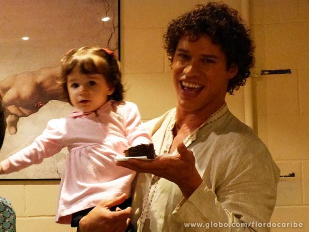Malu, filha da atriz Fernanda Pontes, ganha bolo de José Loreto (Foto: Flor do Caribe / TV Globo)