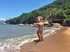Namorada de Roberto Justus mostra corpão em praia paradisíaca