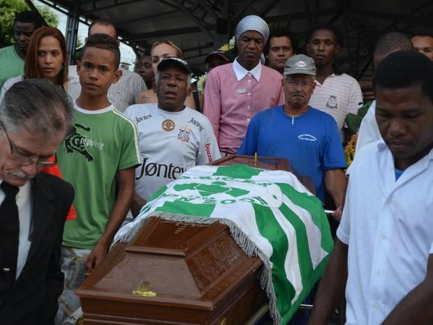 Madalena acompanha enterro entre familiares de Abelha em Piracicaba (Foto: Thomaz Fernandes/G1)
