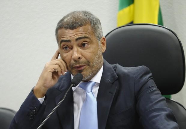 O senador Romário (PSB-RJ) consegue assinaturas para tentar instaurar uma CPI (Comissão Parlamentar de Inquérito) para investigar as denúncias de corrupção na CBF (Foto: Marcos Oliveira/Agência Senado)