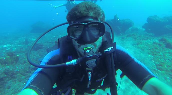 Caio Castro mergulhando no 'Batente das Agulhas', no Rio Grande do Norte (Foto: Divulgação / Rota Inter TV)