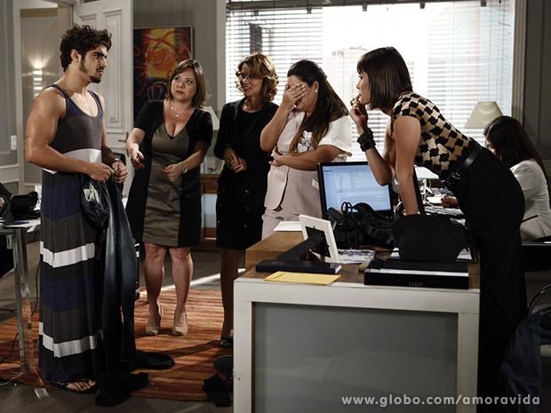 Michel troca de roupa no meio da sala de Patrícia (Foto: Amor à Vida/TV Globo)