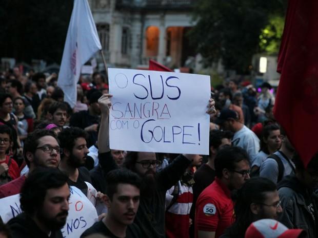Manifestantes levam cartazes no ato contra o governo Temer. Protesto saiu da Paulista e segue para o Largo da Batata (Foto: Fábio Tito/G1)