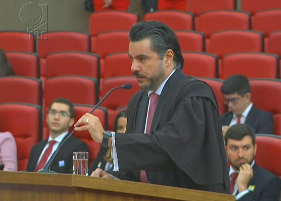 O advogado da ex-presidente Dilma Rousseff, Flávio caetano, durante a sessão de julgamento no TSE (Foto: Reprodução/TSE)