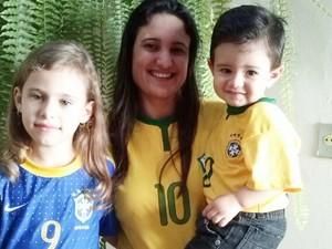 """Artur ao lado da mãe e da irmã, com a """"famosa"""" camiseta (Foto: Tamires Aparecida da Silva)"""