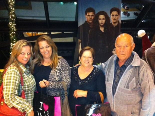 As irmãs Silvana e Eliane Matos Marques acompanhadas dos pais Bernabé Marques, 74, e Aida, na pré-estreia de 'Amanhecer - Parte 2', num shopping de São Paulo (Foto: Cauê Muraro/G1)