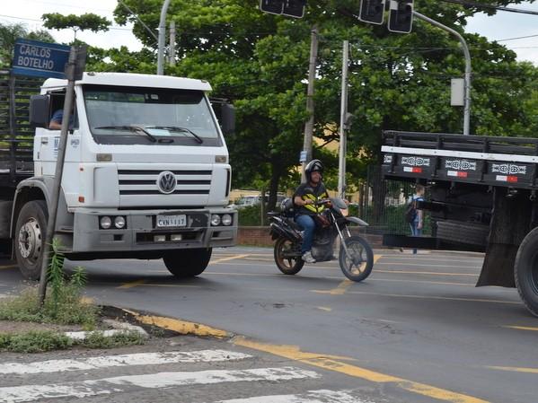 Cruzamento das avenidas Centenário com Carlos Botelho, em Piracicaba (Foto: Claúdia Assencio/G1)