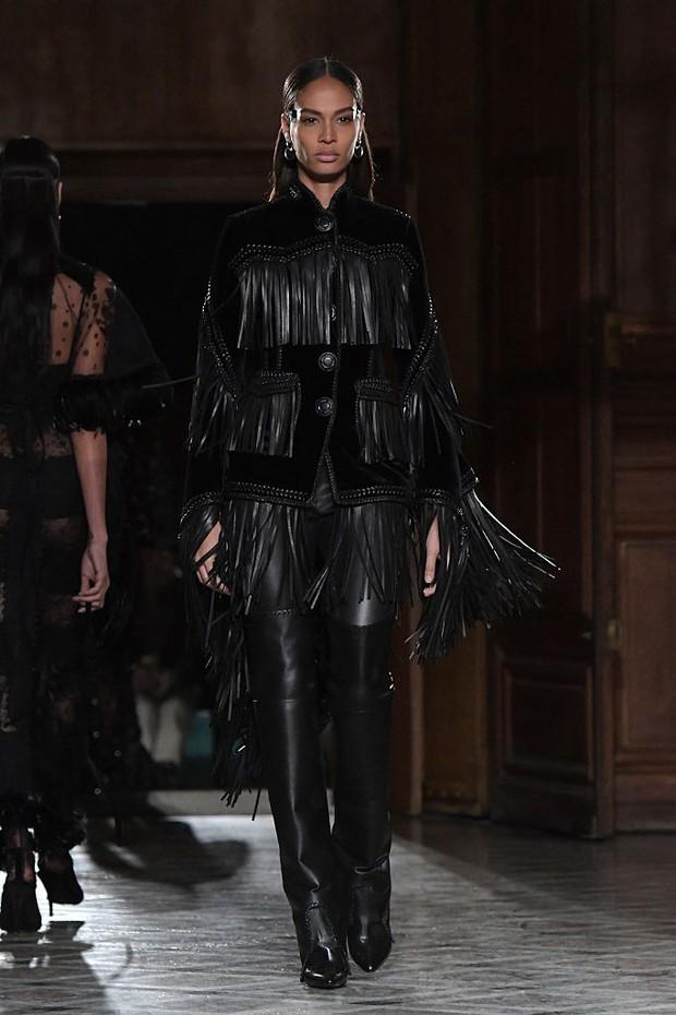 Joan Smalls no desfile da Givenchy em Paris (Foto: Getty Images)