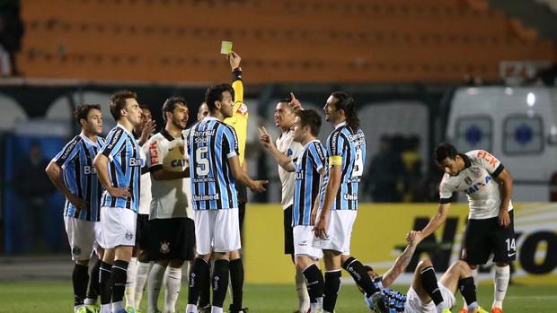 cartão amarelo Corinthians x Grêmio (Foto: Marcos Ribolli / Globoesporte.com)