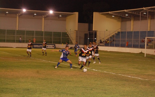 Jogador do Paraíba de Cajazeiras tenta escapar da pressão do atacante do CSP (Foto: Richardson Gray / Globoesporte.com/pb)