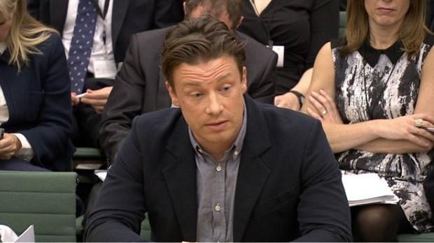 Jamie Oliver passou a cobrar taxa sobre refrigerantes e outras bebidas com açúcar em seus restaurantes (Foto: BBC)