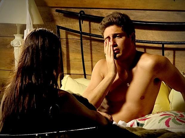 Roni surta ao acordar com Suelen nua na lua de mel (Foto: Divulgação/TV Globo)