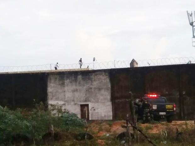 Presos continuam sobre os telhados da penitenciária  (Foto: Fred Carvalho/G1)