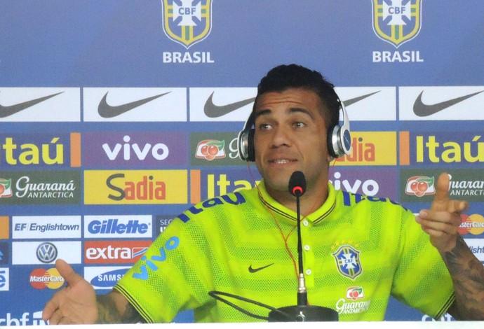 Daniel Alves coletiva do Brasil (Foto: Alexandre Lozetti)
