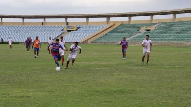 Binha, do Piauí, carregando a bola (Foto: Wenner Tito/GLOBOESPORTE.COM)