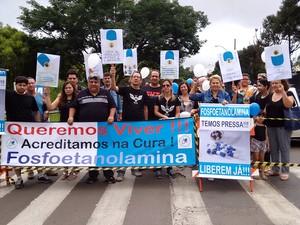 Manifestantes fizeram ato em frente à USP São Carlos a favor  da fosfoetanolamina (Foto: Carol Malandrino/G1)