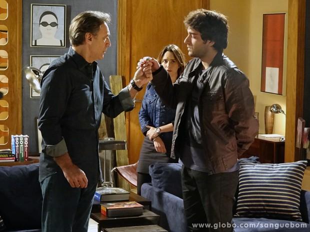 O bad boy mostra anel de noivado que Plínio deu a Irene no passado (Foto: Sangue Bom/TV Globo)