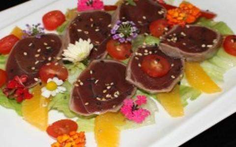 Salada de atum com laranjas e azeite de ervas