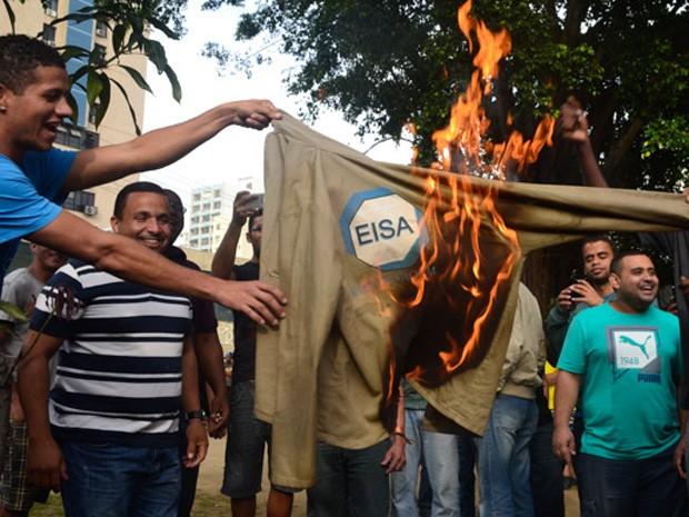 Funcionários de estaleiro protestam no RJ (Foto: Rommel Pinto/Agência O Dia/Estadão Conteúdo)
