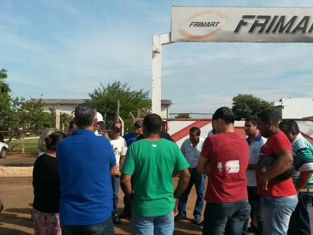Ex-funcionários querem receber o salário referente ao último mês trabalhado (Foto: Sérgio Borges/Cedida)