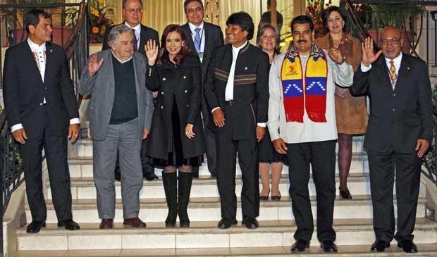 Os presidentes de Equador, Rafael Correa; Uruguai, José Mujica; Argentina, Cristina Kirchner; Bolívia, Evo Morales; Venezuela, Nicolas Maduro, e do Suriname, Desi Bouterse, em Cochabamba. (Foto: Juan Karita / AP Photo)