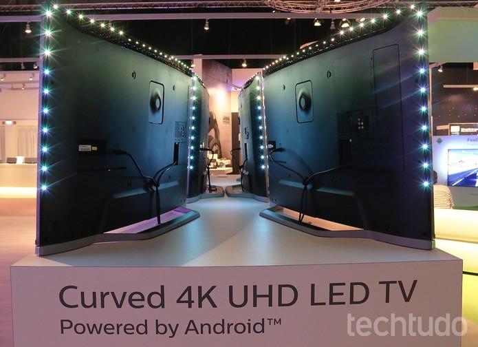 Iluminação LED no entorno da TV Philips varia de cor (Foto: Fabrício Vitorino/TechTudo)