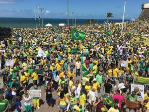 Protesto contra o governo federal em Salvador (Foto: Giana Mattiazzi/TV Bahia)