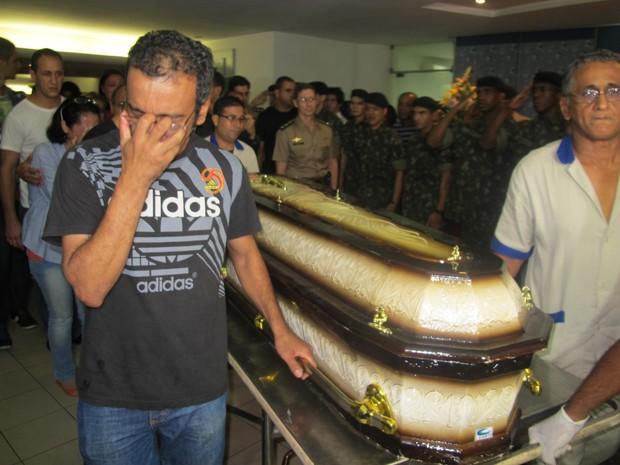 Militar morto em explosão é sepultado no Rio (Foto: Henrique Porto/G1)