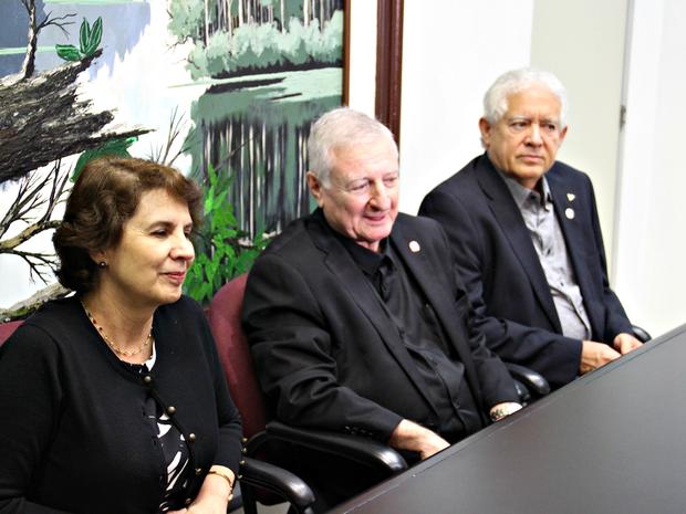 Rosalía Arteaga (à direita) e Ernesto Kahan, e Adenauer Góes visitaram a Rede Amazônica  (Foto: Sérgio Rodrigues/ G1 AM)