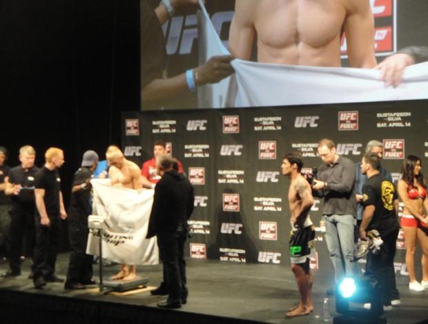 Dennis Siver fica sem cueca na pesagem do UFC Suécia (Foto: Rafael Maranhão/Sportv.com)