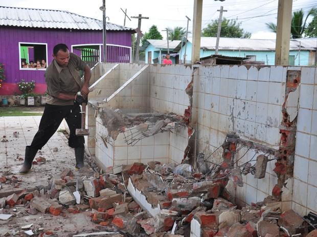 Homem usa marreta para destruir lavanderia (Foto: Vanísia Nery/G1)