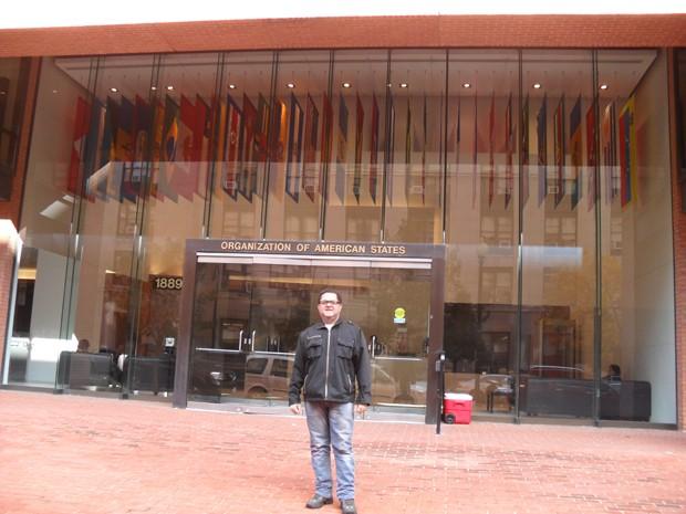 Élcio Pacheco, advogado da família da vítima, em frente ao prédio da Organização dos Estados Americanos (OEA), onde foi realizada audiência sobre tortura em MG. (Foto: Divulgação)