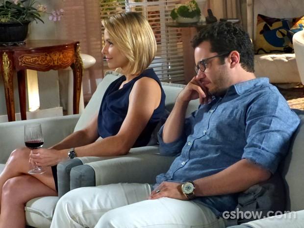 Felipe fica irritado diante de intimidade de Silvia com Cadu (Foto: Em Família/ TV Globo)